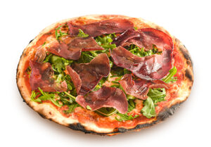 Pizza rossa con bresaola e rughetta